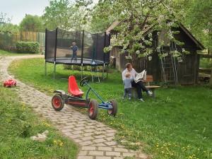 Familie im Garten mit Trampolin